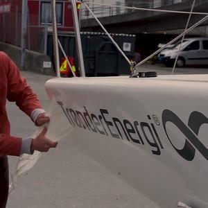Trønder Energi-klistremerker på NTNUI Seilings båt LOWER THIRDS TE IG