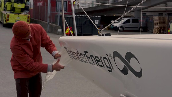 Trønder Energi-klistremerker på NTNUI Seilings båt Wide
