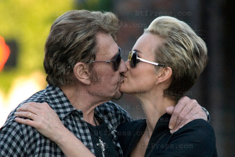 Passionate Kiss between Johnny and Laeticia after surgery for Johnny, Santa Monica,California.
