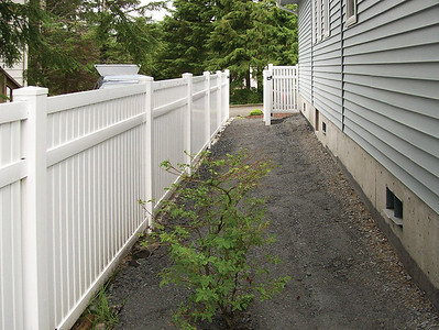 Rochester Fence with Midrail
