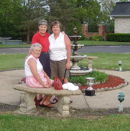 Fern Carter, Phyllis Hardin, and Barbara Blankenship from Columbia get ready for their practice round.