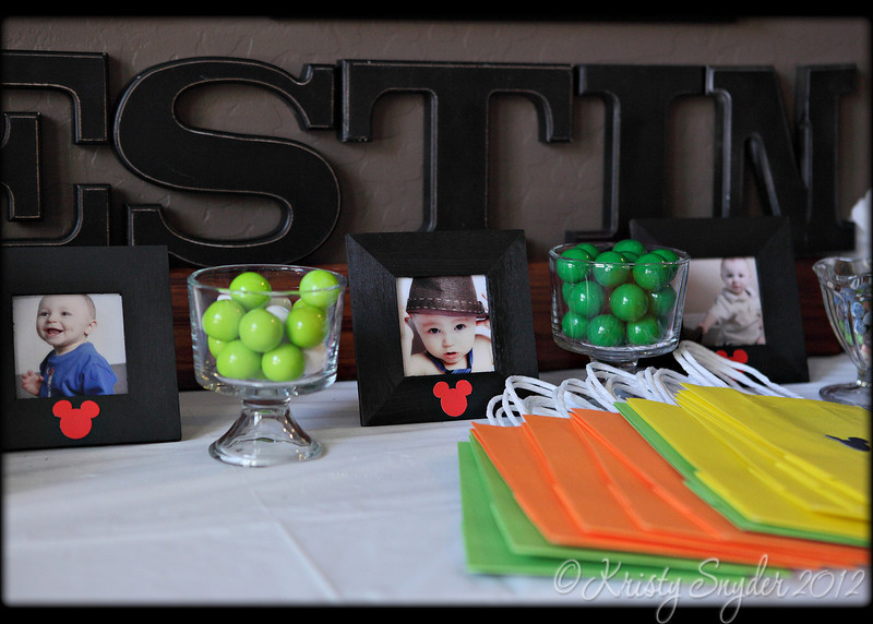 of course photos of Westin's 1st year of life were intermixed with the decorations..  loved that touch, it was so fun seeing all the cute pictures of him. :)