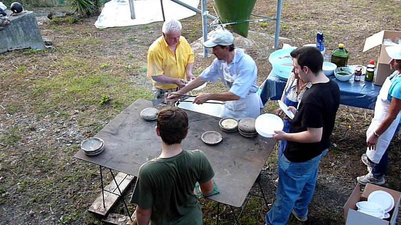 L'impasto di acqua, farina e sale viene versato nei testi arroventati.<br /> I testaieu possono essere conditi col pesto, con olio e formaggio oppure con olio ed aglio.