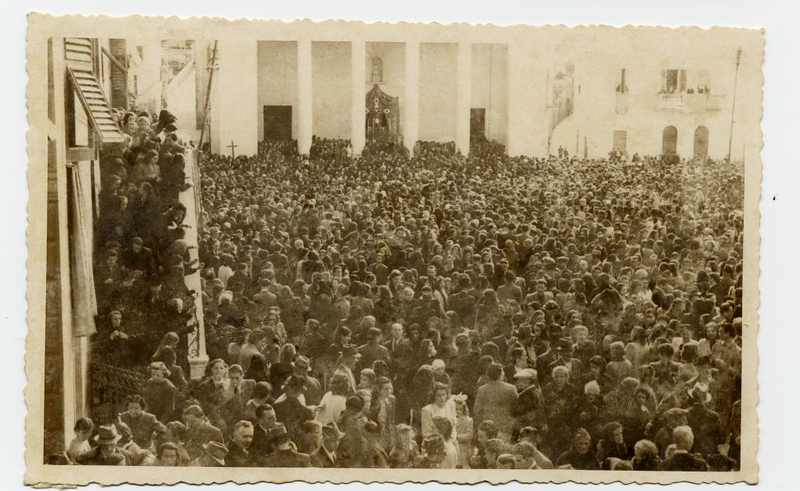 A huge crowd outside the church for the 1943 procession.<br /> <br /> Una folla enorme fuori dalla chiesa per la processione del 1943.
