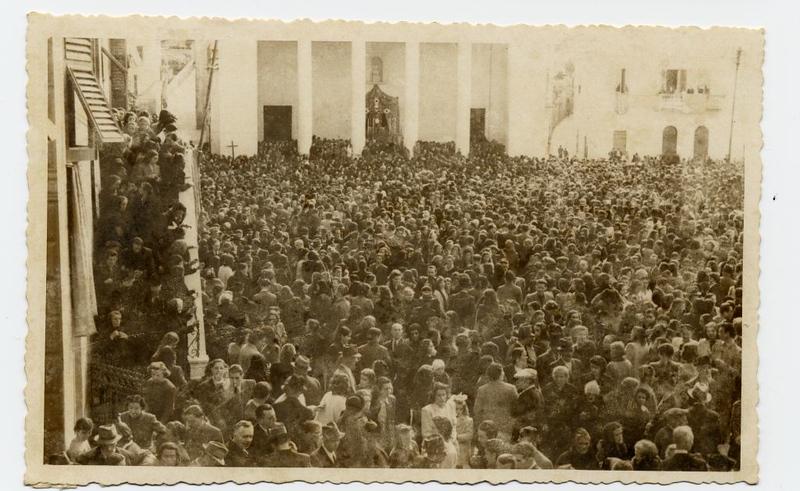 A huge crowd outside the church for the 1943 procession.<br /> <br /> Una folla enorme fuori dalla chiesa per la processione del 1943.