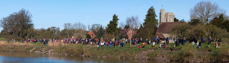 Spectators are a common sight on days when a sizeable bore is forecast. Minsterworth church is a popular spot with locals and visitors and unless you get onto the banks early it can be difficult to get a good viewing position. The river here is much narrower, only 40m wide which helps generate some great waves.   Olympus E1, 90-250mm, F13, 1/125s.
