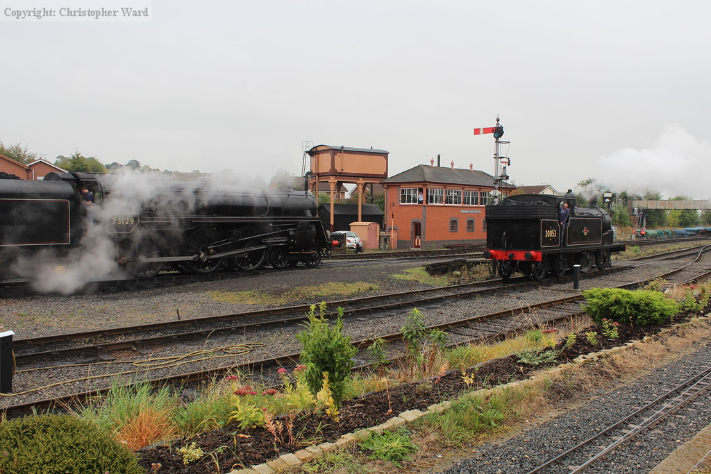 The 5MT waits as the M7 shunts into the platform