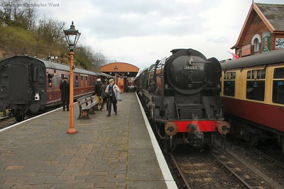 A busy scene at Bewdley. A local to Kidderminster behind Bradley Manor sets off from Platform 3 while Sir Keith Park rests having tailed in the local from Arley. Meanwhile, the Bridgnorth train leaves Platform 1 behind the 9F.