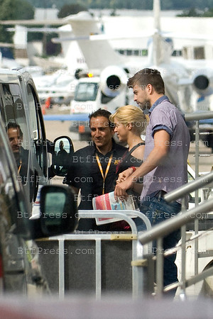 Shakira with new boyfriend Gerard Pique take a private jet from the Bourget.