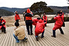 """Groupe de touristes chinois sur le site naturel des lacs Bita et Shudu près de Zhongdian (renommée """"Shangri-La""""). Province du Yunnan/Chine"""