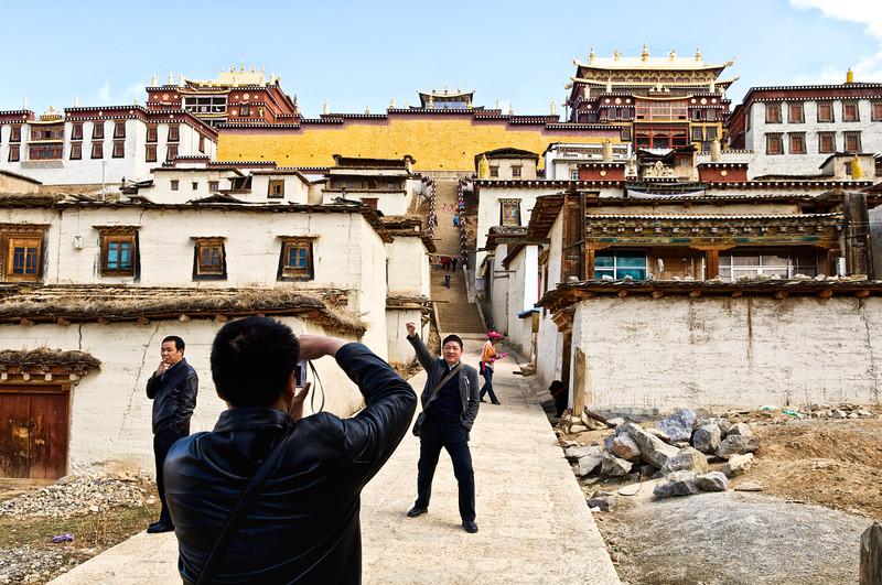 """Touristes chinois à l'allure conquérante au pied du monastère Songzanlin de Zhongdian (renommée """"Shangri-La""""). Province du Yunnan/Chine"""