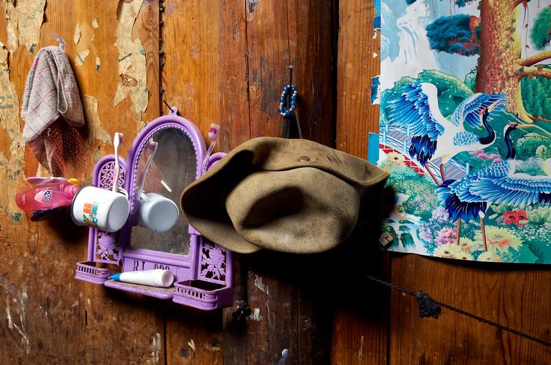Petit nécessaire de toilette dans une maison tibétaine de Mingyong. Province du Yunnan/Chine