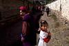 Une grand-mère tibétaine et sa petite fille (chrétiennes) à la sortie de la messe dominicale dans le village de Cizhong. Province du Yunnan/Chine