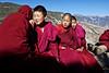 Instant de tendresse entre deux nonnes du monastère de femmes de Dongzhulin Nigu Si. Province du Yunnan/Chine