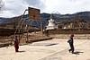"""Enfants tibétains jouant au basket-ball sur un terrain sommaire de la périphérie de Zhongdian (renommée """"Shangri-La""""). Province du Yunnan/Chine"""