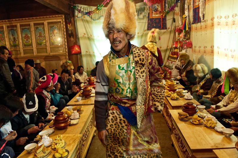 """L'oncle d'une jeune mariée tibétaine s'adressant aux invités au moment du repas de noces dans une ferme de la périphérie de Zhongdian (renommée """"Shangri-La""""). Province du Yunnan/Chine"""