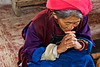 Vieille femme tibétaine priant pendant la messe dominicale dans l'église du village chrétien de Cizhong. Province du Yunnan/Chine
