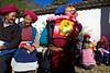 Groupe de Tibétaines chrétiennes attendant la messe dominicale à l'entrée de l'église de Cizhong. Province du Yunnan/Chine