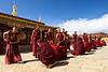 Moines participant à un débat philosophique (ritualisé) dans une cour du monastère de Songzanlin. Province du Yunnan/Chine