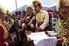 """Marié tibétain (2ème en partant de la droite) se préparant à pénétrer dans la maison de sa jeune épouse à la périphérie de Zhongdian (renommée """"Shangri-La""""). Province du Yunnan/Chine"""