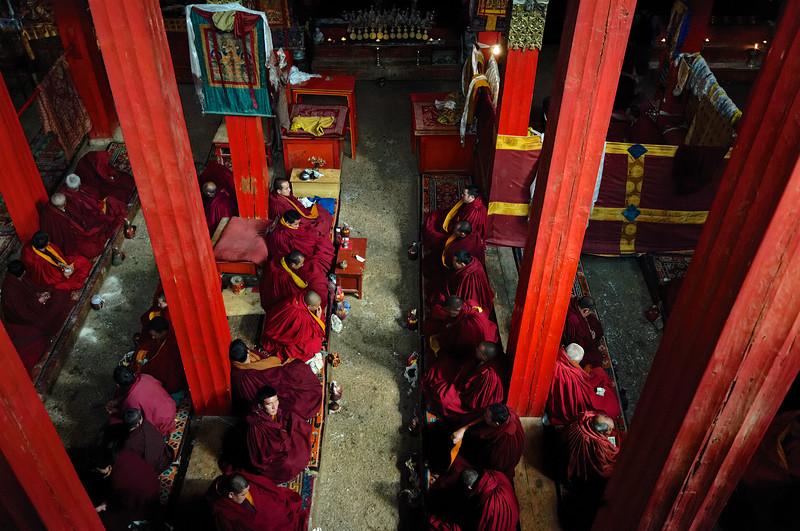 Moines en prière dans la grande salle du monastère de Songzanlin. Province du Yunnan/Chine