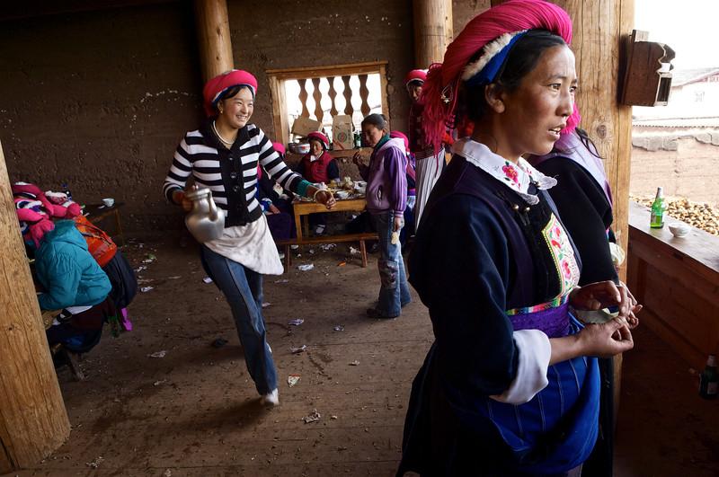 """Femmes de la famille d'une jeune mariée tibétaine pendant le repas de noces dans une ferme de la périphérie de Zhongdian (renommée """"Shangri-La""""). Province du Yunnan/Chine"""
