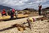 """Couple de tibétains travaillant sur la charpente de leur future maison dans la périphérie de Zhongdian (renommée """"Shangri-La""""). Province du Yunnan/Chine"""