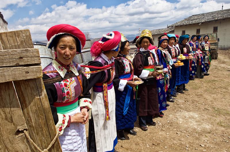 """Femmes tibétaines participant à une cérémonie de mariage (la mariée étant la 6ème en partant de la gauche) dans une ferme de la périphérie de Zhongdian (renommée """"Shangri-La""""). Province du Yunnan/Chine"""
