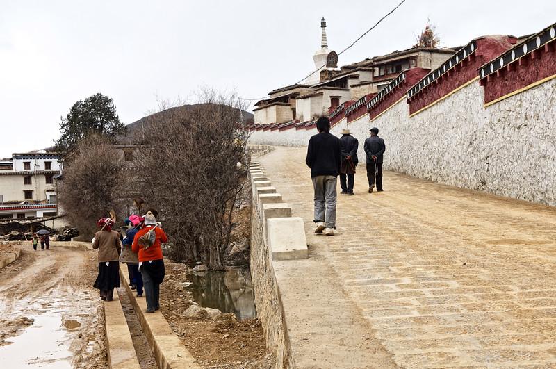 Jonction entre la voie montant au monastère de Songzanlin et une route d'accès en construction. Province du Yunnan/Chine