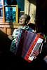 Portrait de l'accordéoniste amateur Liu Wen Zheng, habitant du village chrétien de Cizhong. Province du Yunnan/Chine