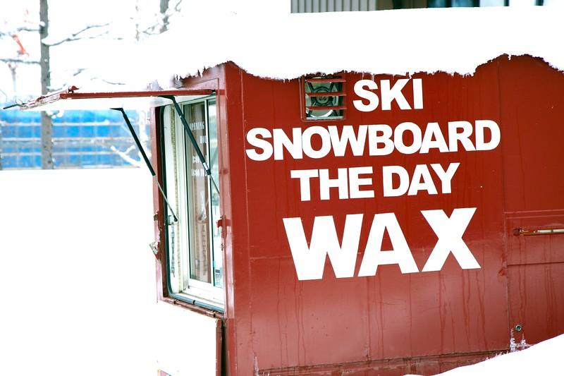 Snowboard Waxing Base Of Grand Hirafu