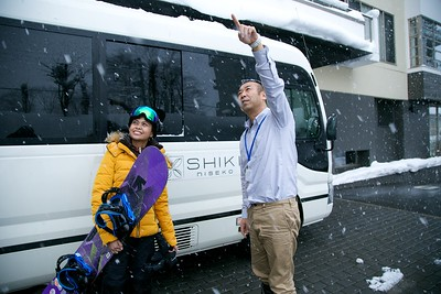 Shin and Diana Shiki Niseko (pointing to Grand Hirfau)