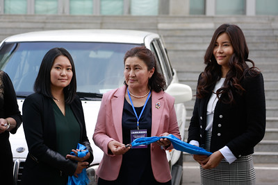 """2019 оны есдүгээр сарын 19. Монгол Улсад өрхийн анагаах ухааны шинэ тогтолцоо үүсэн байгуулагдсаны түүхт 20 жилийн ой өчигдөр тохиосон билээ.   Тус ойг тохиолдуулан 14 аймаг, зургаан дүүргийн өрхийн эмнэлгүүдийн албан хэрэгцээнд """"Намуун"""" хүүхдийн сангаас машин бэлэглэлээ.   Энэхүү үйл явдал нь өрхийн эмнэлгийн үйлчилгээг хүн бүрт хүрч ажиллахад үнэтэй хувь нэмэр оруулсан явдал болохыг Монголын 21 аймгийн өрхийн эрүүл мэндийн төвийнхөн онцолж байв.  ГЭРЭЛ ЗУРГИЙГ Г.ӨНӨБОЛД/MPA"""