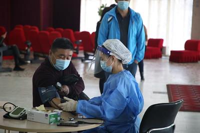 2021 оны дөрөвдүгээр сарын 5. Өнөөдрөөс эхлээд нийслэл Улаанбаатар хотод өдөрт дунджаар 30,000 иргэнийг дархлаажуулалтад хамруулах бол орон нутагт эрүүл мэндийн ажилтнууд, хариу арга хэмжээний багийнхныг вакцинд хамруулж эхлээд байна.   Дөрөвдүгээр сарын 5-н буюу өнөөдөр дархлаажуулалтын 69 цэгт 1,247 эмч, ажилтан ажиллаж, 33,750 хүнийг вакцинжуулахаар төлөвлөөд байгаа юм.    Түүнчлэн улсын хэмжээнд өнөөдрийн байдлаар 376,373 хүн вакцины эхний тунг хийлгээд байгаа. Үүнээс 30-39 насныхан хамгийн идэвхтэй буюу 95,172 хүн вакцины эхний тунг хийлгээд байгааг Эрүүл мэндийн яамнаас мэдээлсэн.   Ням гарагийн хувьд 18-аас дээш насныхныг вакцинжуулж эхэлсэн бөгөөд дархлаажуулалтын 64 цэгт 138 багийн 1,033 эмч, ажилтан ажиллаж, 18,241 хүнийг вакцинжуулсан.   Дөрөвдүгээр сарын 9-нөөс дархлаажуулалтын хоёр дахь тун мөн эхлүүлэх юм.   Иймд вакцинжуулалт хэрхэн явагдаж буйг харах зорилгоор Хүүхдийн ордон дахь дархлаажуулалтын цэгээс бэлтгэсэн фото сурвалжилгыг хүргэж байна. ГЭРЭЛ ЗУРГИЙГ Г.САНЖААНОРОВ/MPA