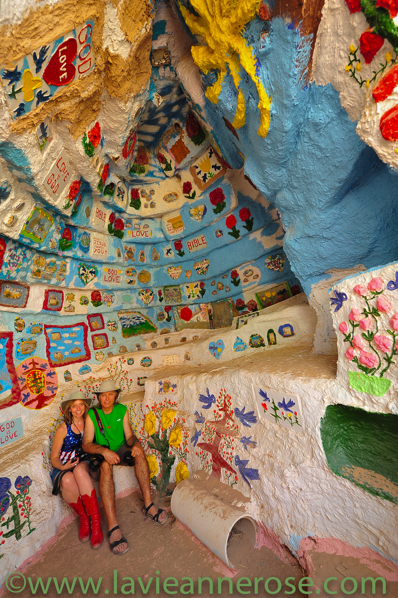 Grotte im Salvation Mountain