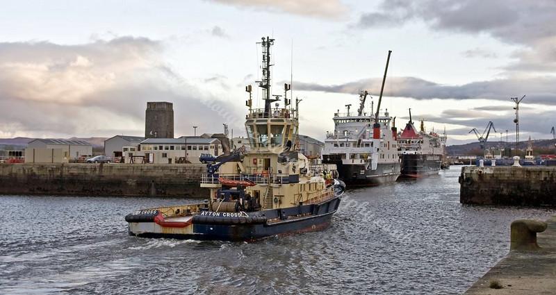 Ayton Cross enters Harbour