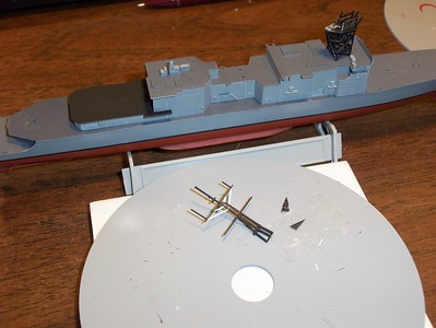 081102: Revised mast ready for paint. Kit is USS Spruance (DD-963) from 1/700 ARII kit of USS John Rogers (DD-983). Looks nice on its proper lower hull.