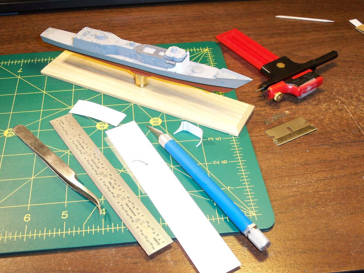 101018 FFG-7 hull paint complete; fwd deckhouse bulkhead replacement: Trial from paper, cardstock.