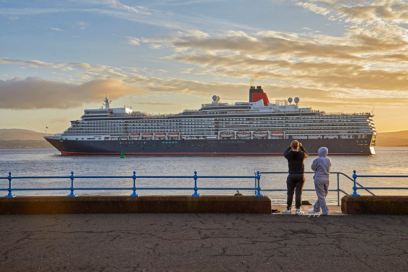 'Queen Elizabeth' off Greenock Esplanade - 17 September 2019