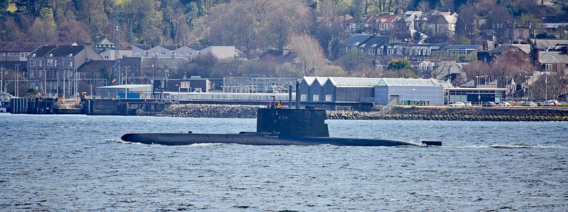 HNoMS Utsira (S301) passing Gourock - 22 April 2018