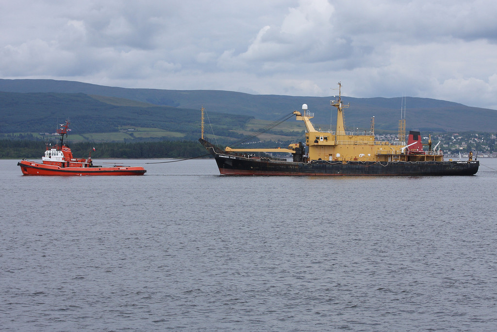 AGIS towing KOMMANDOR CALUM , River Clyde July 2012