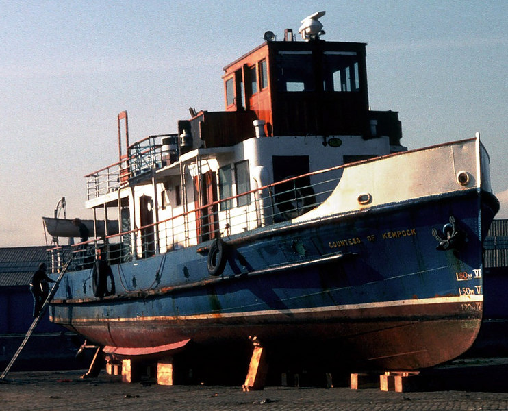 On Stobcross Quay Countess of Kempock was divided into three parts (wheelhouse, deck saloon and hull) and these were shipped on three road vehicles to Balloch.