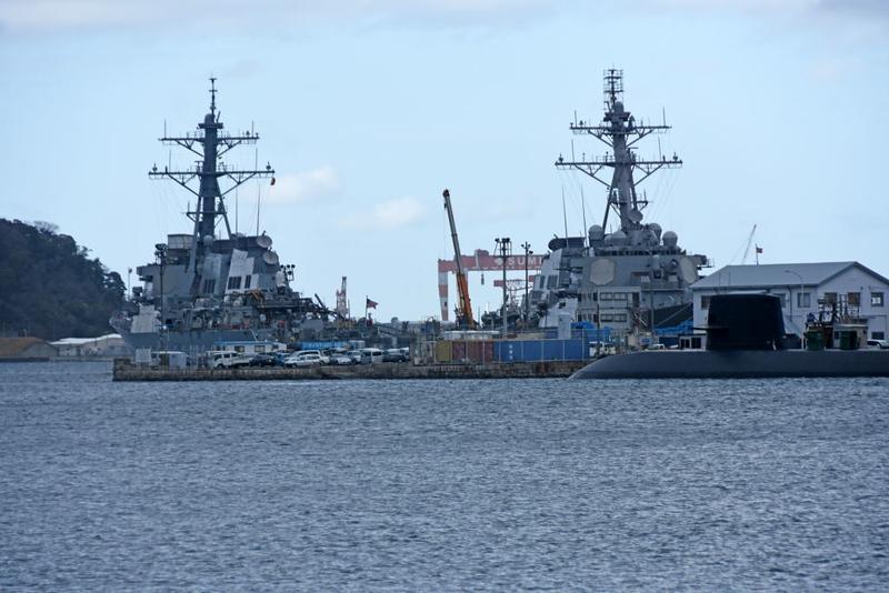 Unidentified Arleigh Burke destroyer (left), USS Barry (52) & unidentified submarine, Yokosuka, 21 March 2019.