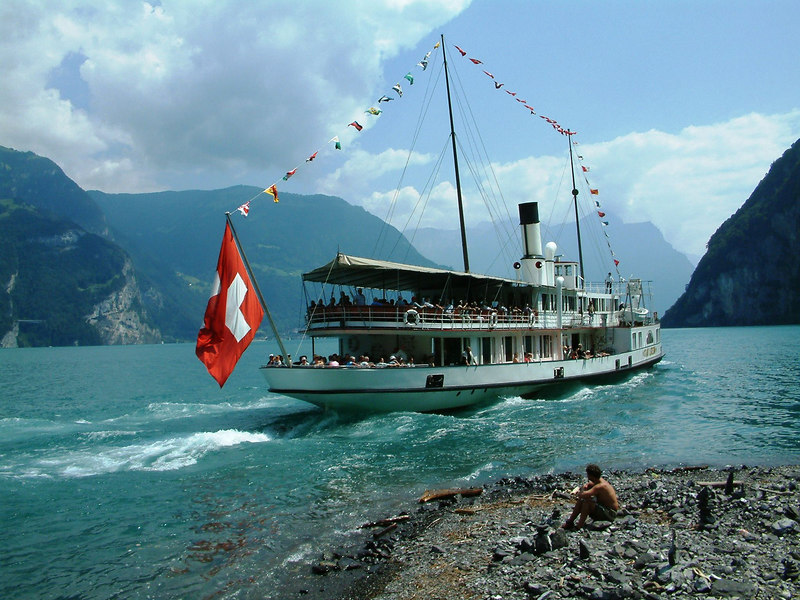 Paddle steamer Stadt Luzern leaving Bauen