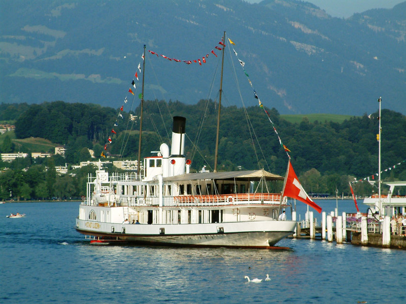 Swiss National Day Steamer Parade 2003 - paddle steamer Stadt Lusern berthing at Pier 3