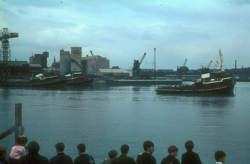 The 'upriver tugs' take up their positions.<br /> <br /> Picture by the late Mr William Davies
