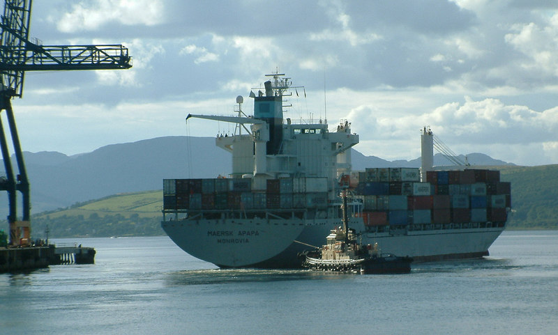 Tug Warrior III assists Maersk Apapa to cant as she departs from Greenock