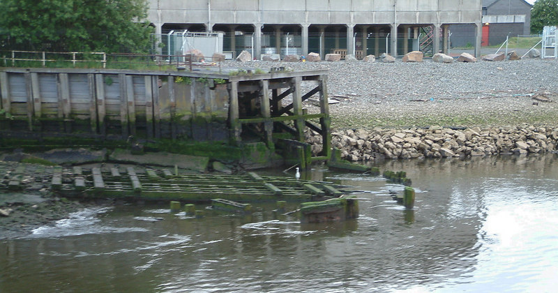Slightly further downriver on the the south side was visible the last vestiges of the westernmost building berth of the former Linthouse shipyard od Alexander Stephens & Sons.