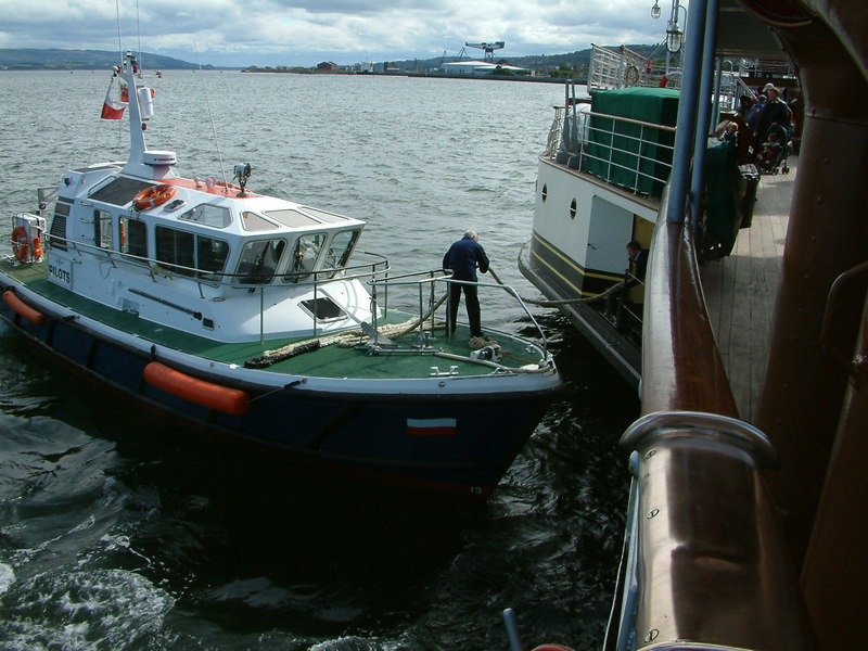 Clydeport's pilot tender Toward off loading a mooring rope onto Waverley's forward, starboard sponson.