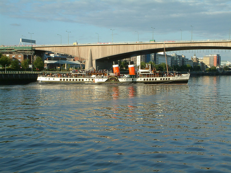Waverley performing a 'flying cant' in the River Clyde at Glasgow below Kingston Bridge
